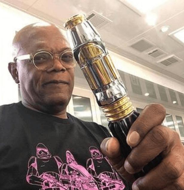 Samuel L. Jackson vapote avec une cigarette électronique