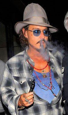 Johnny Depp et sa cigarette électronique